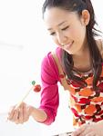 弁当を作る若い女性