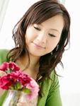 花を生ける若い女性