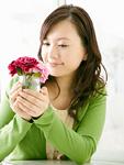 花瓶を持つ若い女性