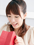 プレゼントを開ける若い女性