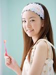 歯ブラシを持つ若い女性