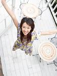 バルコニーでジャンプする若い女性