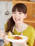 パスタを食べる若い女性
