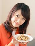 クッキーを持つ若い女性