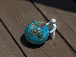 地球儀と人形