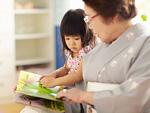 絵本を読む祖母と孫