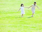 草原で遊ぶ姉妹
