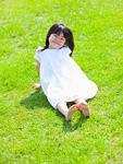 草原に座る女の子