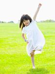 草原でポーズをとる女の子