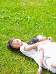 草原に寝転ぶ姉妹