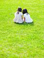 草原に座る姉妹