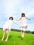 ジャンプする姉妹