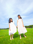 草原に立つ姉妹