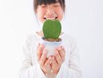鉢植えを持つ少女