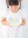 ハート形の皿を持つ女の子