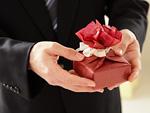 プレゼントを持つ男性の手元