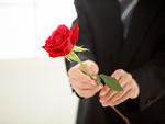 バラを持つ男性の手元