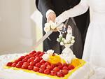 ケーキカットをする新郎新婦