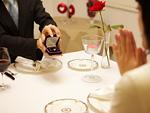 女性に指輪をプレゼントする男性