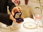 指輪をプレゼントする男性