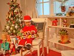 クリスマス飾りを持つ女の子