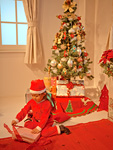 クリスマスプレゼントを開ける女の子