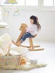 木馬で遊ぶ女の子
