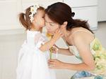 母親にキスをする女の子
