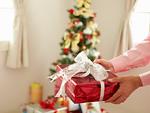 プレゼントを持つ男性の手