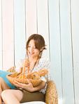 パンの入ったかごを持つ若い女性