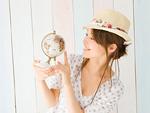 地球儀を持つ若い女性