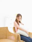 椅子に座る若い女性