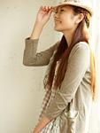 帽子を被る若い女性