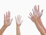 挙手をする親子の手