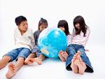 地球儀を見る子供
