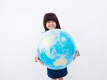 地球儀を持つ女の子