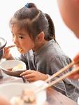 鍋料理を食べる女の子