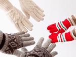 手袋をした親子の手