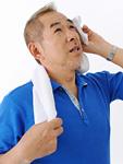 汗を拭くシニア男性