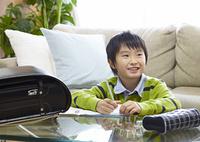 宿題をする少年