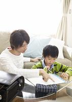 父親と勉強をする息子