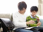 父親とリコーダーの練習をする息子