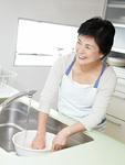 米を研ぐ女性