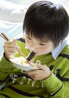 食事をする少年