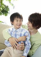 ソファーでくつろぐ父と息子