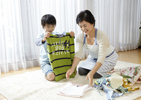 洗濯物を畳む祖母と孫