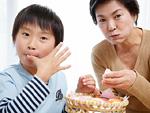 手まり寿司を食べる祖母と孫