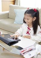 タブレットPCを操作する少女
