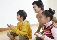 テレビゲームで遊ぶ祖母と孫