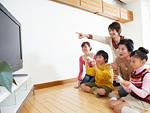 テレビゲームで遊ぶ三世代家族